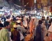 پشاور: عید کی تیاریوں میں مصرو ف شہری کینٹ بازار سے خریداری کر رہے ہیں۔
