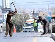 راولپنڈی: مزدور سڑک کے تعمیراتی کام میں مصروف ہیں۔