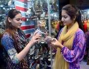 حیدر آباد: عید کی تیاریوں میں مصروف خواتین جوتے خرید رہی ہیں۔