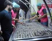 راولپنڈی: بنی چوک میں دکاندار روایتی انداز سے بنائی گئی قلفیاں فروخت ..