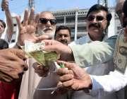 راولپنڈی: دن بدن ڈالر کی بڑھتی قیمت کے باعث شہری بائیکاٹ کرتے ہوئے ڈالر ..