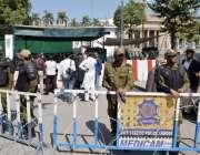 لاہور: پنجاب اسمبلی اجلاس کے موقع پو پولیس اہلکار الرٹ کھڑے ہیں۔