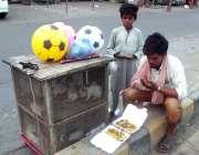 لاہور: ایک محنت کش روزہ دار افطاری سے قبل دعا مانگ رہا ہے۔