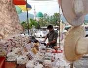 اسلام آباد: دکاندار گاہکوں کو متوجہ کرنے کے لیے کھانے پینے کی اشیاء ..