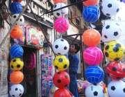 راولپنڈی: مقامی مارکیٹ میں صارفین کو راغب کرنے کے لئے ایک دکاندار اپنی ..