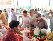 لاہور:شہری شادمان سستے رمضان بازار سے سبزیاں خرید رہے ہیں۔