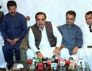 حیدر آباد: گورنر سندھ عمران اسماعیل میڈیا سے گفتگو کر رہے ہیں۔
