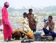 حیدر آباد: خانہ بدوش شخص گرمی کی شدت کم کرنے کے لیے نہا رہا ہے۔
