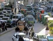 راولپنڈی: مریڑ چوک میں شدید ٹریفک جام کا منظر۔