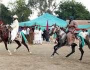 بھٹشاہ: حضرت شاہ عبد اللطیف بھٹائی کے 276 ویں عرس کی تقریب کے دوران گھوڑوں ..