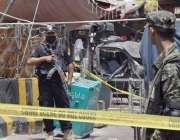 لاہور: داتا دربار کے باہر خود کش دھماکے کے بعد سکیورٹی اہلکار جائے وقوعہ ..
