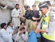 بنوں: یوم مئی کے موقع پر پولیس کی جانب سے مزدوروں میں فوڈ پارسل تقسیم ..