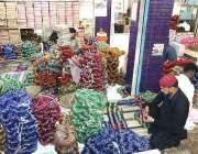 حیدر آباد: مقامی کارخانے میں مزدور چوڑیاں مارکیٹ میں سپلائی کے لیے ..