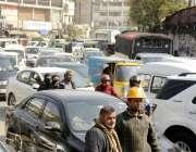 لاہور: شملہ پہاڑی چوک میں بد ترین ٹریفک جام کا منظر۔