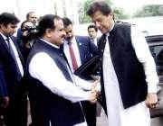 لاہور: وزیر اعظم عمران خان کی ایوان وزیر اعلیٰ آمد پر وزیر اعلیٰ پنجاب ..