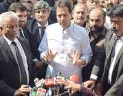 لاہور: مسلم لیگ (ن) کے مرکزی رہنما کیپٹن (ر) صفدر احتساب عدالت کے باہر ..