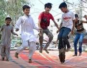 حیدر آباد: بچے جمپنگ جیک سے لطف اندوز ہو رہے ہیں۔