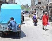 حیدر آباد: کمسن بچہ رکشہ کے پیچھے لٹک کر سفر کر رہا ہے جو کسی حادثے کا ..