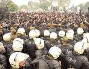 لاہور: اینٹی رائٹ فورس کے اہلکار وکلا ء کو پی آئی سی میں داخل ہونے سے ..