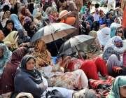 لاہور: مال روڈ پر لیڈی ہیلتھ ورکرز اپنے مطالبات کے حق میں دھرنا دیئے ..