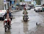 سکردو۔ نکاسی آب کے نظام کی عدم دستیابی کی وجہ سے سڑک پر سیوریج کا پانی ..