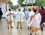 اسلام آباد: جے یوآئی ایف کے آزادی کے شرکاء پلاسٹک پہن کر خود کو بارش ..