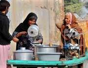 ملتان: معمر خاتون گھر کی کفالت کے لیے چائے کا سٹال لگائے بیٹھی ہے۔
