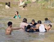 لاہور: لڑکے گرمی کی شدت کم کرنے کے لیے نہر میں نہا رہے ہیں۔
