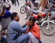 فیصل آباد: ایک شہری اتائی سے اپنے کان کا علاج کروا رہا ہے۔