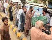 لاہور: سروسز ہسپتال کے باہر مستحق افراد کھانا لینے کے لئے قطار بنائے ..
