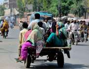 ملتان: ایک شخص گدھا گاڑی پر ٹی شرٹس بیچ رہا ہے