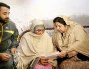 لاہور : صوبائی وزیرصحت ڈاکٹریاسمین راشد آئی سی حملے کے دوران علاج کی ..
