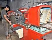 فیصل آباد: محنت کش اپنی ورکشاپ میں روزہ مرہ کام میں مصروف ہے۔