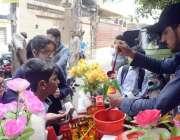لاہور: سکول سے چھٹی کے بعد بچی برف کے گولے خرید رہے ہیں۔