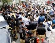 کراچی: سندھ الائنس کے زیر اہتمام سی ایم ہاؤس کے قریب مظاہرہ کیا جا رہا ..