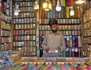 ملتان: دکاندار گاہکوں کو متوجہ کرنے کے لیے چوڑیاں سجا رہا ہے۔