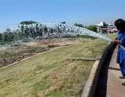 اسلام آباد: وفاقی دارالحکومت میں کھنہ پل کے ہمراہ گرین بیلٹ پر لگے گھاس ..