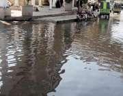 راولپنڈی: مریڑ چوک میں بارش کے جمع پانی سے گزرنے والوں کو پریشانی کا ..