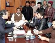 لاہور: صوبائی وزیر سکولز ایجوکیشن مراد راس کو کھلی کچہری کے دوران ایک ..
