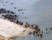 حیدر آباد: خواتین دریائے انڈس کنارے کپڑے دھو رہی ہیں۔