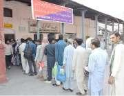 لاہور: عید الفطر اپنے پیاروں کے ساتھ منانے کے لیے اپنے آبائی علاقوں ..