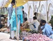 ملتان: شہری ہفتہ وار جمعہ بازار سے سبزیاں خرید رہے ہیں۔