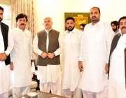 پشاور: وزیراعلیٰ خیبر پختونخوا محمد خان کا عید کے موقع پر صوبائی وزیر ..