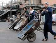راولپنڈی: فروٹ منڈی میں محنت کش ہتھ ریڑھی کے ہمرا ہ مزدوری کے لیے آ رہا ..