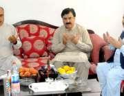 پشاور: گورنر خیبر پختونخوا شاہ فرمان صوبائی وزیر اطلاعات شوکت یوسفزئی ..