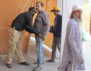 لاہور: شادمان سستے بازار میں خریداری کے لیے آنے والے شہری کی چکنگ کی ..