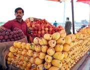 اسلام آباد: دکاندار گاہکوں کو متوجہ کرنے کے لیے تازہ پھل سجا رہا ہے۔