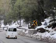 مری: برفباری کے بعد سڑک کنارے علاقے کا خوبصورت منظر۔