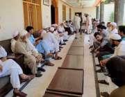 پشاور: صوبائی وزیر معدنیات ڈاکٹر امجد علی اپنے حجرے پر حلقے کے عوام ..