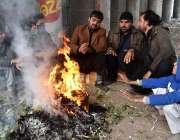 پشاور: شہری سردی کی شدت کم کرنے کے لیے آت تاپ رہے ہیں۔